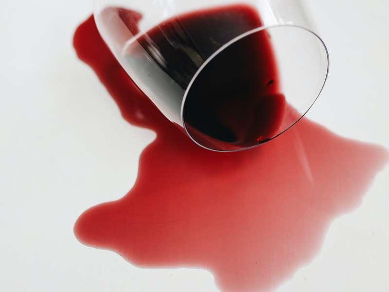 Brzo i efikasno uklanjanje mrlja crvenog vina
